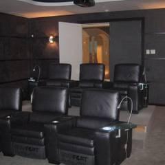 Salas multimedia de estilo  de UAArquitectos