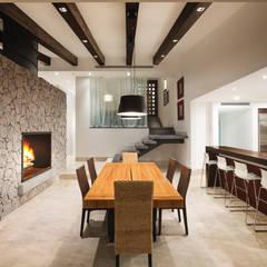 Comedor y Escaleras: Comedores de estilo  por Juan Luis Fernández Arquitecto