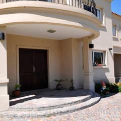 Casa Estilo Clásica en Luján: Puertas de entrada de estilo  por Opra Nova - Arquitectos - Buenos Aires - Zona Oeste