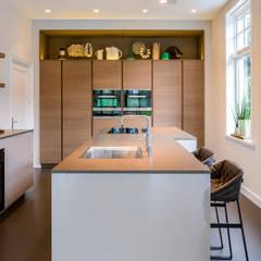 DesignGietvloer in een moderne leefkeuken. www.designgietvloer.nl:  Keuken door Design Gietvloer
