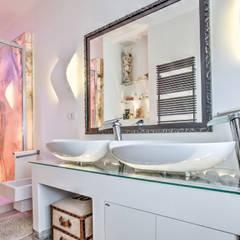 Lavabi su letto in pietra e vetro: Bagno in stile  di GHINELLI ARCHITETTURA