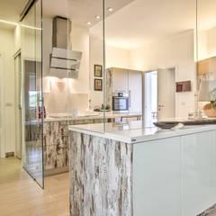 Appartamento su Vena Mazzarini: Soggiorno in stile  di GHINELLI ARCHITETTURA