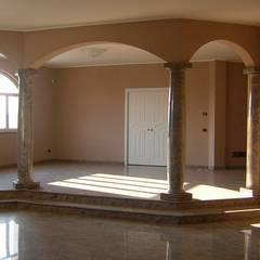 Colonne in marmo finitura lucida: Soggiorno in stile  di Ramella Alessandro snc