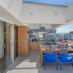 بلكونة أو شرفة تنفيذ Ana Adriano Design de Interiores,