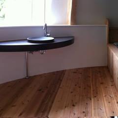 洗面・バスルーム: 原 空間工作所 HARA Urban Space Factoryが手掛けた浴室です。