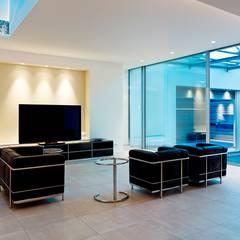Atriumhaus im Grünen:  Multimedia-Raum von Gritzmann Architekten
