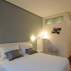65sqm Appartment: Dormitorios de estilo  de MADG Architect
