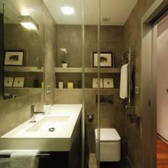 65sqm Appartment: Baños de estilo moderno de MADG Architect