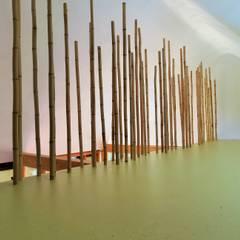 bambusstäbe als raumbegrenzer:  Flur & Diele von allmermacke