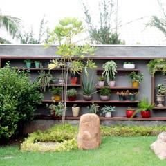 Detalhes dos muros: Jardins  por RABAIOLI I FREITAS