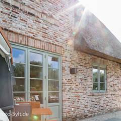 Ferienhaus in List: landhausstil Häuser von Immofoto-Sylt