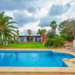 Villa S'Aranjassa: Piscinas de estilo  de Lola