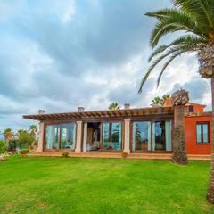 Villa S'Aranjassa: Casas de estilo  de Lola