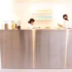 作業スペースはステンレスのBOX.: 宮城雅子建築設計事務所 miyagi masako architect design office , kodomocafe が手掛けたオフィススペース&店です。