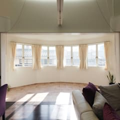 サンルームと吹抜のある家-古城のように-: atelier mが手掛けたテラス・ベランダです。,クラシック