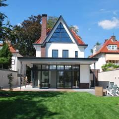 Contact en interactie met de tuin: klasieke Tuin door Architektenburo J.J. van Vliet bv