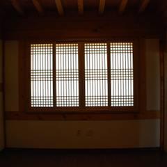 장흥리 한옥마을 내 주택: 금송건축의  창문
