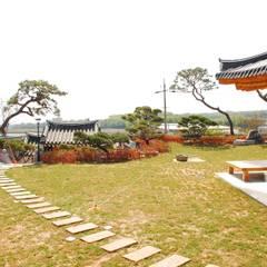 장흥리 한옥마을 내 주택: 금송건축의  정원,