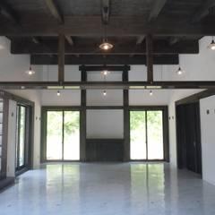 エントランスよりホールを見る: 青戸信雄建築研究所が手掛けた会議・展示施設です。