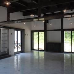 ホール: 青戸信雄建築研究所が手掛けた会議・展示施設です。