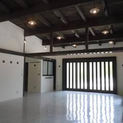 エントランス方向を見る: 青戸信雄建築研究所が手掛けた会議・展示施設です。