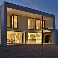 Fachada de la casa de hormigón y vidrio: Casas unifamilares de estilo  de DosiCreatius