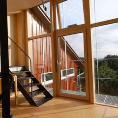 raumhohe verglasung mit aussenbeschattung: landhausstil Arbeitszimmer von allmermacke