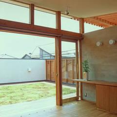 東中沢の家: 環境創作室杉が手掛けたベランダです。