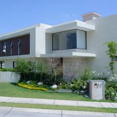 Fachada Casa GL: Casas de estilo  por VICTORIA PLASENCIA INTERIORISMO