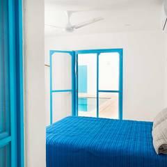 Villas Chuburná Puerto: Recámaras de estilo mediterraneo por Arq Mobil