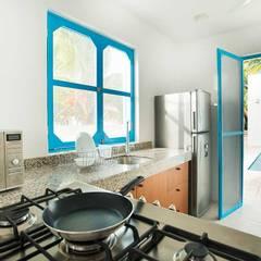 Villas Chuburná Puerto: Cocinas de estilo mediterraneo por Arq Mobil