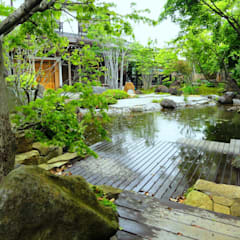 池へ張り出した月見台: 木村博明 株式会社木村グリーンガーデナーが手掛けた庭です。