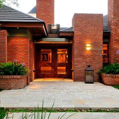 EXTERIORES: Casas de estilo  por JUNOR ARQUITECTOS