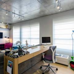 O Home Office está integrado com o Estar: Escritórios  por Adriana Pierantoni Arquitetura & Design