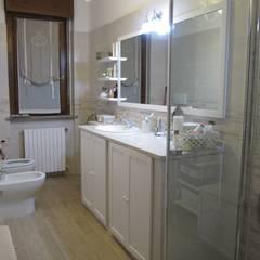 Progetto appartamento in Peschiera Borromeo - 2013: Bagno in stile  di Cozzi Arch. Mauro