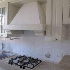 Progetto appartamento in Peschiera Borromeo - 2013: Cucina in stile  di Cozzi Arch. Mauro