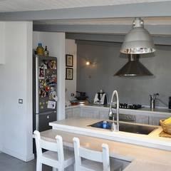 Casa sul mare in chiave contemporanea: Cucina in stile  di danielainzerillo architetto&relooker