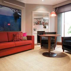 Projeto Residencial Jardim Europa/ São Paulo: Adegas  por Deborah Basso Arquitetura&Interiores