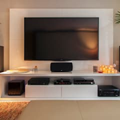 Media room by Deborah Basso Arquitetura&Interiores, Minimalist Wood Wood effect