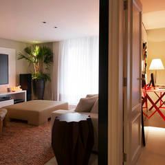 Projeto Residencial Jardim Europa/ São Paulo: Salas multimídia  por Deborah Basso Arquitetura&Interiores,Minimalista Madeira Efeito de madeira
