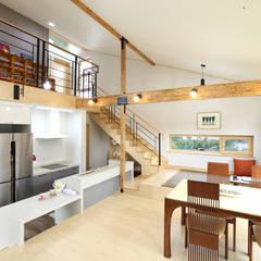 풍광좋은 제주 개러지 하우스: 주택설계전문 디자인그룹 홈스타일토토의  거실
