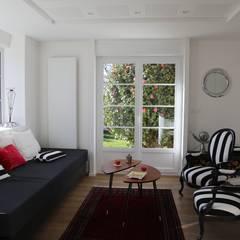 Une rénovation à la bretonne...: Salon de style  par Ad Hoc Concept architecture