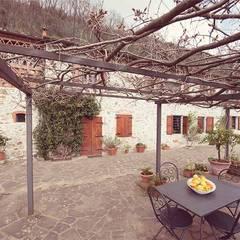 Lucca: Terrazza in stile  di Livio Bargagli Stoffi