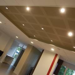 Salle de conférence: Salle multimédia de style  par Ad Hoc Concept architecture