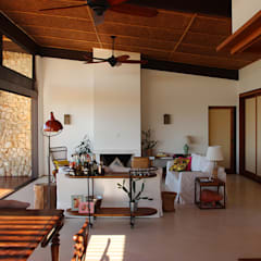 PROJETO CASA DA REPRESA: Salas de estar  por Ambienta Arquitetura