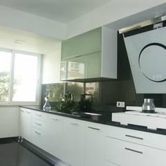 Apartamento T2, em São João do Estoril - Remodelação Integral: Cozinhas  por LUGAR VIVO, ARQUITECTURA, LDA