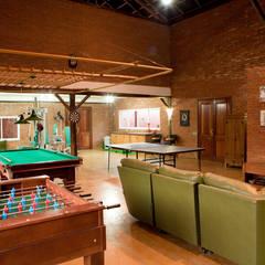 Media room by Cactus Arquitetura e Urbanismo