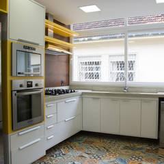 Apartamento CI: Cozinhas  por HAPPY Arquitetura