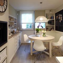 Cocina de diseño atemporal: Cocinas de estilo  de DEULONDER arquitectura domestica