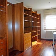 Vestidor de la suite. : Vestidores de estilo  de Construccions Cristinenques, S.L.